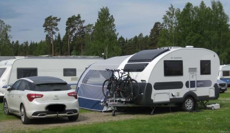 Her står vogna på en camingplass i Sverige
